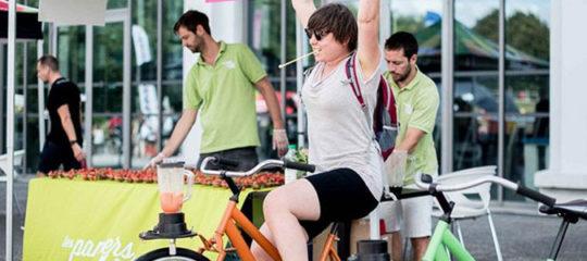 Jeune femme pédalant sur un vélo à smoothie
